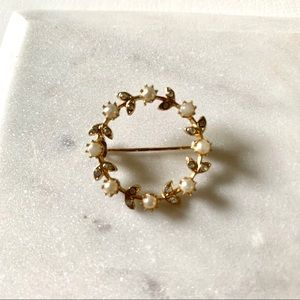 Vintage Pearl and gold colored circle Brooch
